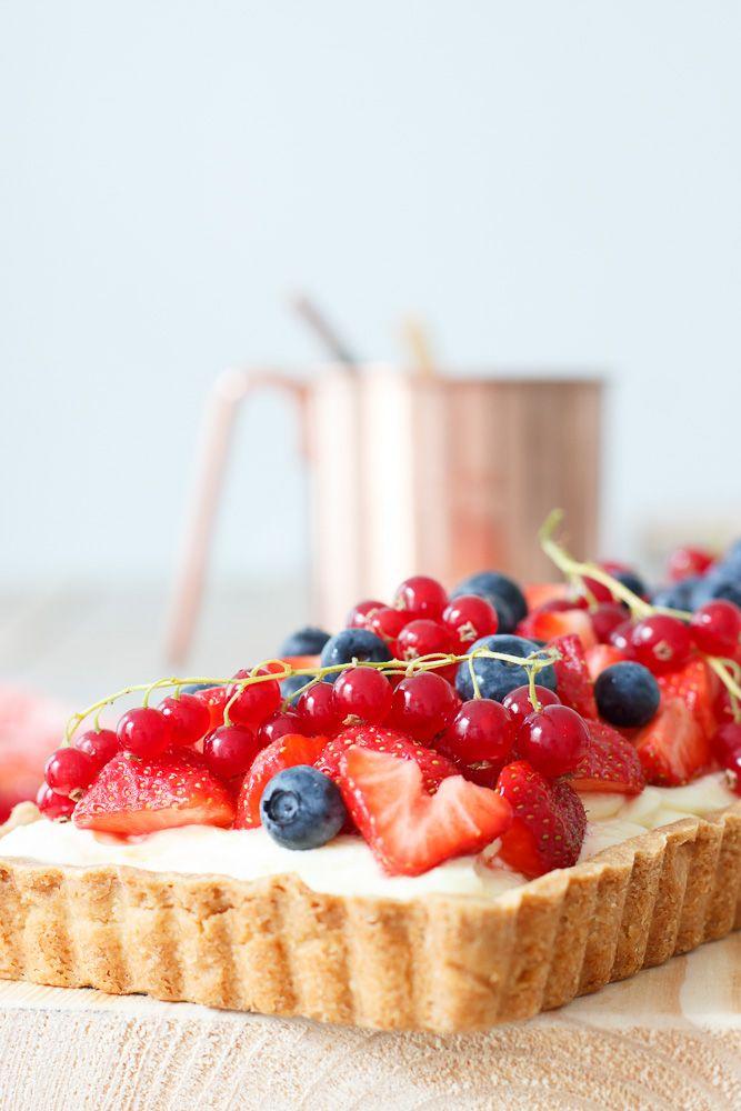 Yes, ditis mijn nieuwe favo zomersetaart! Een crunchy zanddeegbodem, met daarop een mengsel van roomkaas en lemon curd, afgetopt met een lading verse, frisse rode besjes, aardbeien en blauwe bessen. Dit taartje straalt een en al zomer uit en past perfect op een mooie zonnige dag. Zoals op de verjaardag van mijn muti vorige maand.…