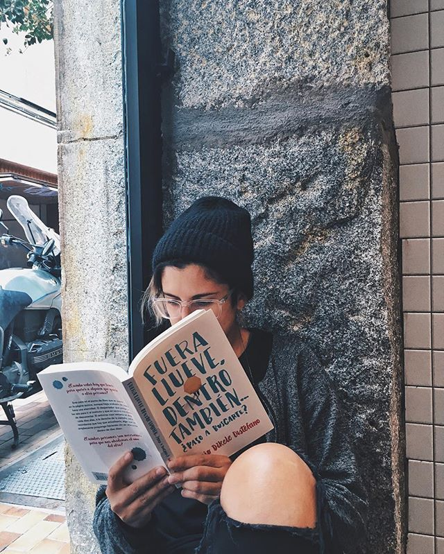 Estoy cumpliendo con mi objetivo de leer más y ahora toca este libro #fuerallueve. ADEMÁS VIENE CON PLAYLIST!