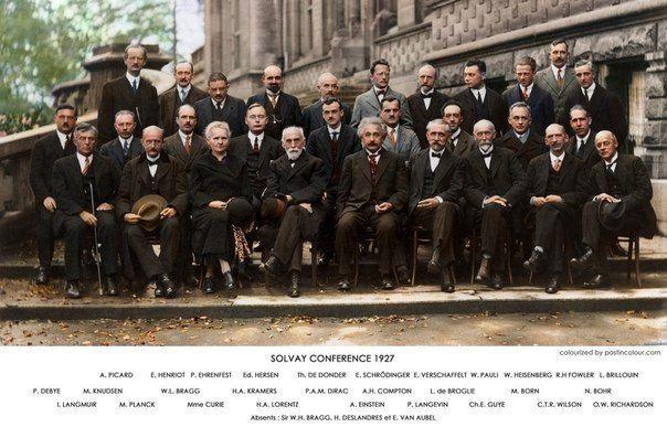 Это раскрашенный вариант фотографии, сделанной на Сольвейской конференции в 1927-м году. Фото уникально тем, что на нём запечатлены самые выдающиеся учёные 20-го века, собравшиеся вместе: Альберт Эйнштейн, Нильс Бор, Мария Кюри, Эрвин Шредингер, Вернер Гейзенберг, Вольфганг Паули, Поль Дирак, Луи де Бройль и другие. Более половины из людей на этом снимке получили Нобелевские премии за свои открытия и достижения.