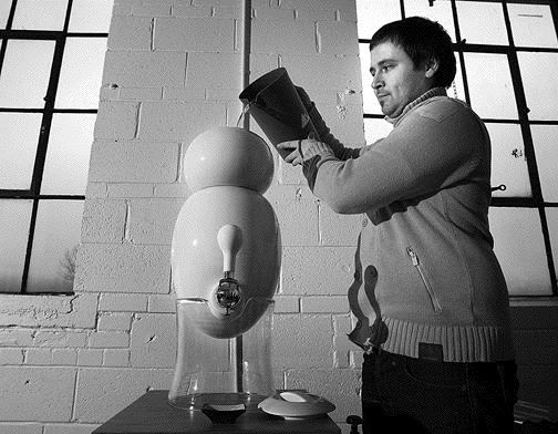 le designer Manuel Desrochers en train de remplir sa fontaine a eau