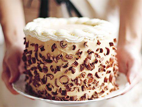 Tårta med en underbar kombination av apelsin och kolasås på kondenserad mjölk, dulce de leche. Recept från boken Lomelinos tårtor.