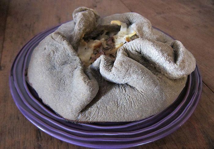 Vulcano di grano arso ripieno di funghi cardoncelli e pecorino. Ricetta omaggio alla Puglia ed a una storia di cucina e povertà. #ricette #cucina #puglia #pizza #funghi