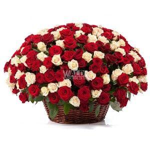 Огромная корзина из красный и кремовых роз растопит любое, даже самое холодное сердце. В букете используются только свежие цветы высшего качества.