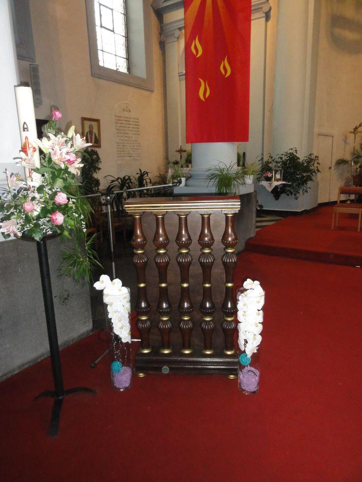 Vase orchid e devant le pupitre de lecture de l 39 glise for Decoration eglise