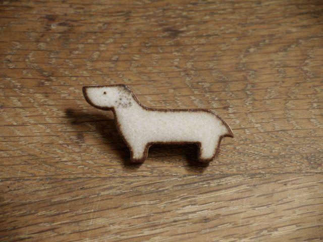 陶の犬のブローチ - ITOGA Pottery