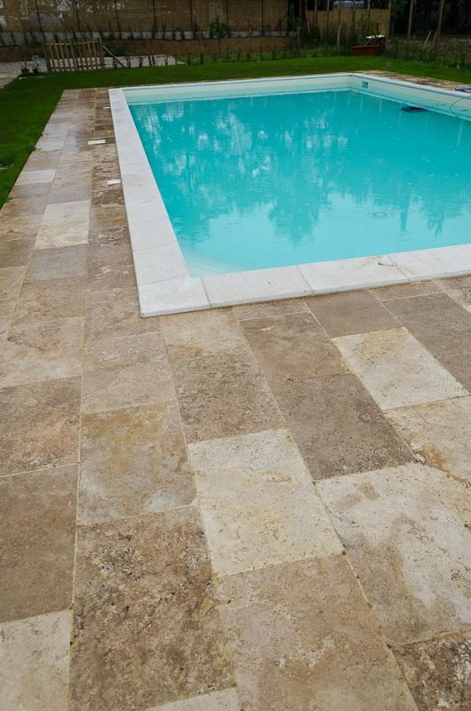 Piscina con pavimento in trvavertino burattato di Pietre di Rapolano  - Worldwide series -