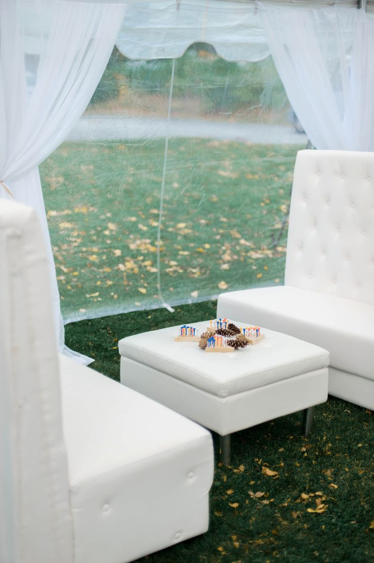 Wedding lounge in Tented wedding | Photography : Emily Steffen Photography