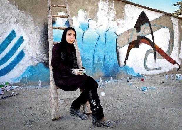 Shamsia Hassani, czyli Banksy w burce Chcę walczyć o prawa kobiet. A graffiti to najfajniejszy i najbardziej pokojowy sposób prowadzenia wojny, jaki znam Shamsia Hassan (ur. 1988) - pierwsza afgańska streetarterka, ukończyła Akademię Sztuk Pięknych w Kabulu, w której obecnie wykłada i prowadzi warsztaty graffiti