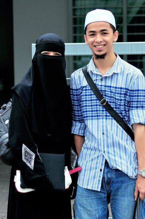 Muslim Husband and Wife Student Couple From the collection: IslamicArtDB » Photos of Muslim Student Couples (1 item)Originally found on: asli-for-akhirah