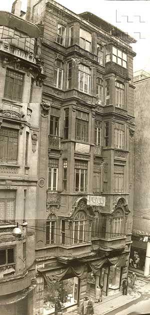 İstiklâl Caddesi 334 numarada bulunan O. Rüştü Paşa Apartmanı. Beyoğlu, İstanbul. Tek Aile Arşivi (Suha Özkan-Pelin Derviş Koleksiyonu)