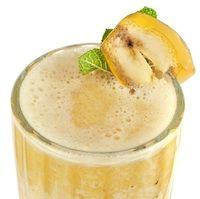 Banana Yogurt Smoothie 5 min Para Fazer , servem 2 Ingredientes Vegetariana , sem glúten frescos 2 Bananas , madura fresca condimentos 2 colheres de sopa de mel Cozinhar não Forno 1 colher de chá de extrato de baunilha 2 copos de iogurte , sem sabor 2 Cubos de gelo