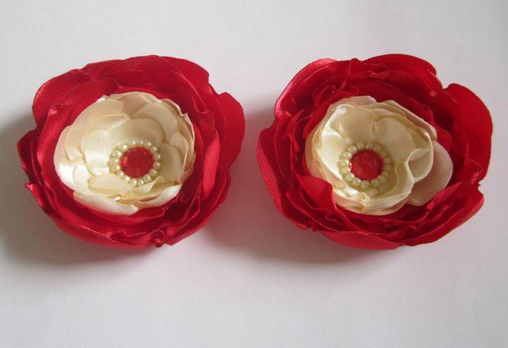 Par de flores de cetim vermelho e bege.