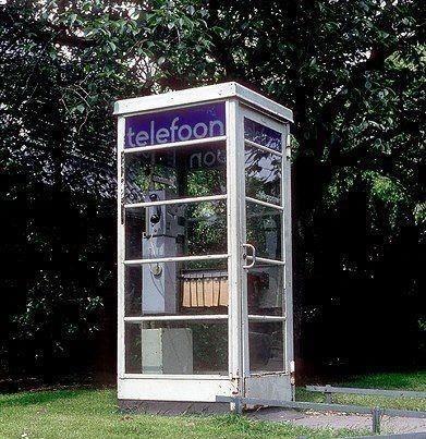 Een oude PTT telefooncel uit de jaren 70 en 80! Zie je de telefoonboeken hangen? Alle nummers uit Nederland bij de hand :) Als je buitenshuis was kon je toch naar iedereen bellen! (Mits je kleingeld op zak had...)