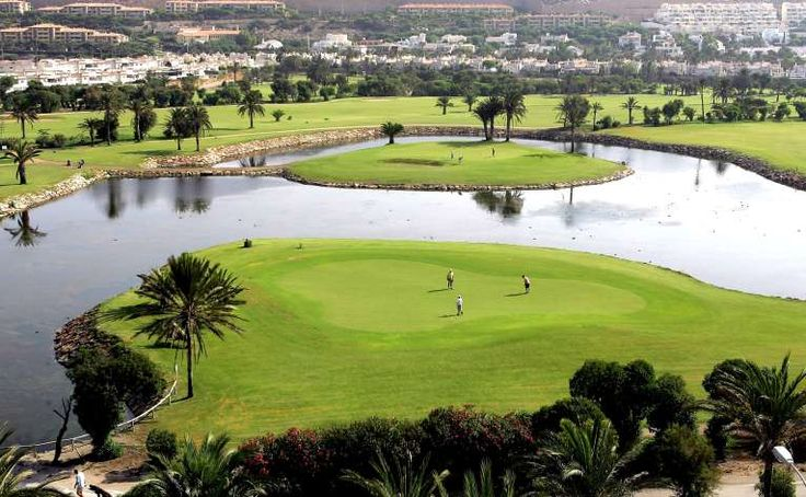 Construido en 1976, los diseñadores Gary Player y Rob Kirby idearon un campo que combinara dificultades de agua y palmeras, junto a calles anchas y amplios greens dotándolo de un carácter excepcional.