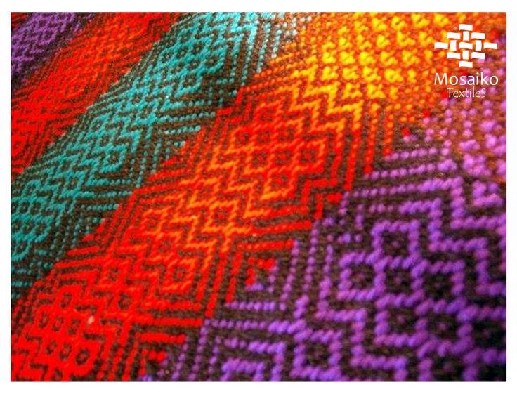 Detalle de bufanda tejida en telar de pedales con ligameto sarga.