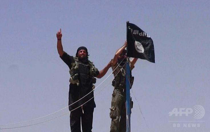 古いとりでに黒い旗を掲げるイスラム教スンニ(Sunni)派武装勢力「イラク・レバントのイスラム国(Islamic State of Iraq and the Levant、ISIL)」の戦闘員(2014年6月11日撮影、資料写真)。(c)AFP/HO/ALBARAKA NEWS ▼29Jul2014AFP 過激派「イスラム国」が結婚相談所を開設、戦闘員の花嫁募集 http://www.afpbb.com/articles/-/3021710