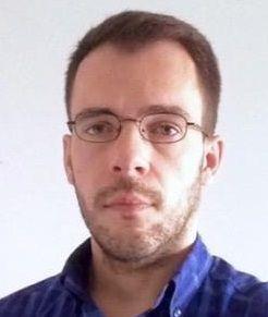 """Bruno Horta é jornalista freelancer e vive em Lisboa.  Em 2009, assinou uma peça de teatro: """"Dadores e Tomadores: Os Novos Comedores de Iogurtes"""".  Escreve o blogue """"Persona Grata"""".  Tem 34 anos e hoje vê o jornalismo como uma técnica narrativa."""