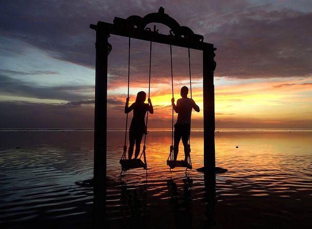 【インドネシア観光/女子旅プレス】日本人観光客に人気のリゾート地・バリ島から約2時間離れたギリ・トラワンガン島。この島にある海の中のブランコで撮影した写真が「美しすぎる」とSNS上で話題を集めています。特にサンセットの時間帯は、ブランコに乗る2人のシルエットだけが浮かび上がり感動的な美しさなんです。