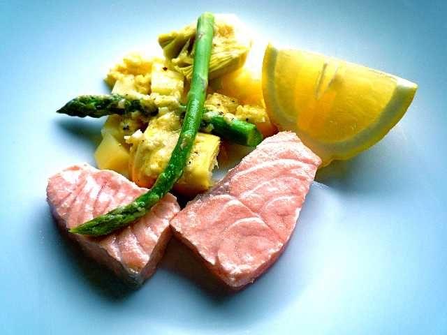 Inkokt lax med varm caesarsallad | Recept på Taffel  -   kanske med en riktig varm ceasarsallad (ansjovis i dressingen?)