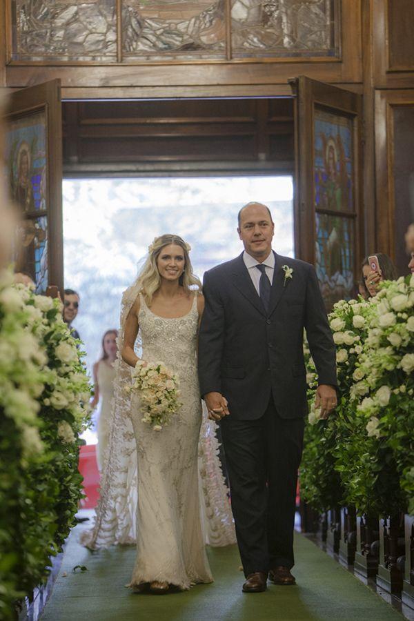 Vestido de noiva Helena Bordon -modelo sequinho de alças com bordados florais em tons de prata ( Foto: Flavia Vitória   Vestido: Valentino vintage )