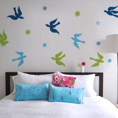 Наклейка на стену от 33dodо в виде стремительных цветных птичек   http://www.33dodo.ru/goods.php?id=657