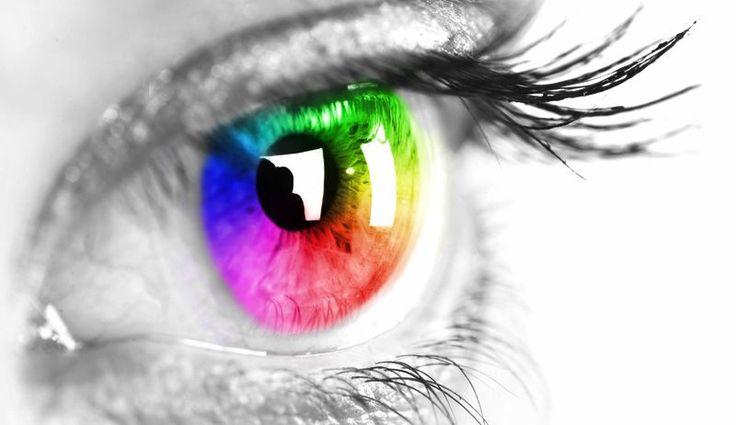 El desprendimiento de retina es la condición en la que la retina se separa de la coroides y las fugas vítreas en el espacio entre los dos.
