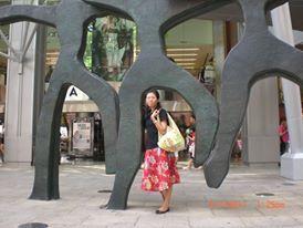 Hari Ketiga (pagi-siang) : Kawasan Orchard tidak pernah gagal memanggilku. Jalan-jalan di Orchard road , windows shopping dari mal ke mal. Tak lupa sambil jajan es potong Singapura #SGTravelBuddy