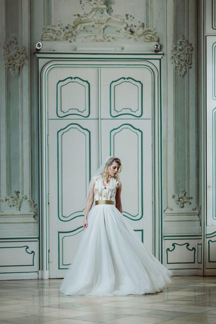 Zauberhafte Hochzeitsinspiration mit einem unsere langen Brautdirndl. mehr Infos unter www.tianvantastique.com