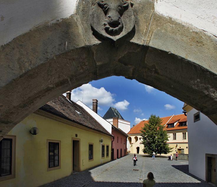 Na Příhrádku _ v historickém centru Pardubic natáčel v roce 2007 válečné drama Operace Silver A režisér Jiří Strach s vynikající Klárou Issovou, Tatianou Vilhelmovou či Ivanem Trojanem.