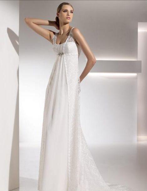 Белое прямое простое свадебное платье со шлейфом