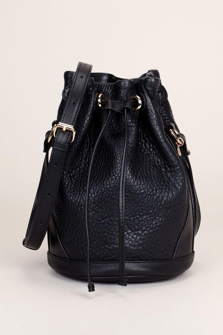 les 25 meilleures id es de la cat gorie sac seau noir sur pinterest sac chanel noir sacs. Black Bedroom Furniture Sets. Home Design Ideas