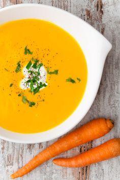 La crema de zanahoria constituye un primer plato estupendo para los niños que además, debido al sabor dulzón de esta hortaliza, suele ser de su agrado. Si