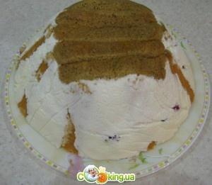 Клубничный торт      Ингредиенты:  - 800мл сметаны  - 8 ст.л сахара  - 2 пакетика желатина  - печенье савоярди  - клубника  - растворимый кофе