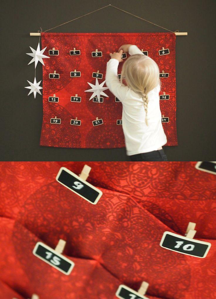 DIY Joulukalenteri / Christman calendar // Itse tehty joulukalenteri ilahduttaa niin aikuisia kuin lapsia. Kuvan Astrid-taskukalenteri on tehty pohjakankaan päälle ommelluista kangaskaistaleista, joista on tikattu neljä riviä pieniä taskuja. Vielä helpommalla pääset, kun kiinnität hakaneuloilla suosikkikankaallesi 24 numeroitua paperipussia tai kirjekuorta pienillä yllätyksillä täytettynä.