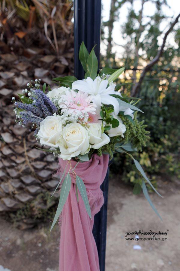 μπουκέτο με τριαντάφυλλα, ζέρμπερα, λίλιουμ, λεβάντα, αμάραντο για διακόσμηση στήλων φωτισμού