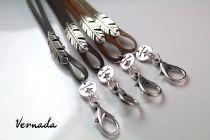 Vernada® Design -avainkoru, HÖYHEN, nahka, harmaanruskea #style  #muoti #Vernada #jewelry #koru #bracelet #avainkoru #kulkukorttikoru #suomestakäsin #käsityökortteli #finnishdesign #finnishfashion