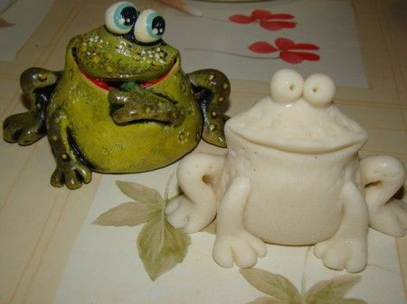 Tutorial to make an easy clay frog caricature.