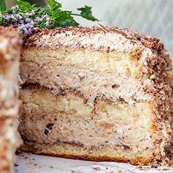 Tort śliwkowy. Tort nasączony likierem amaretto i przełożony puszystym musem śliwkowym.
