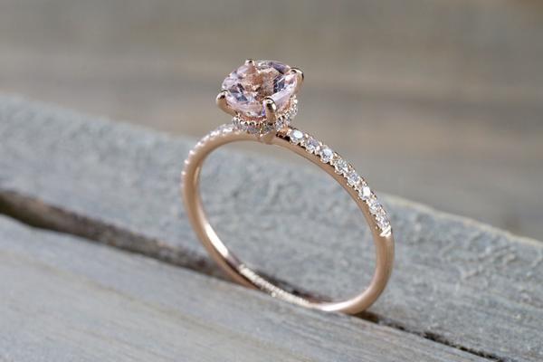 Diamante de talla redonda de 14 quilates de oro rosa redondo de Morganita con diseño de halo bajo halo   – DressCode