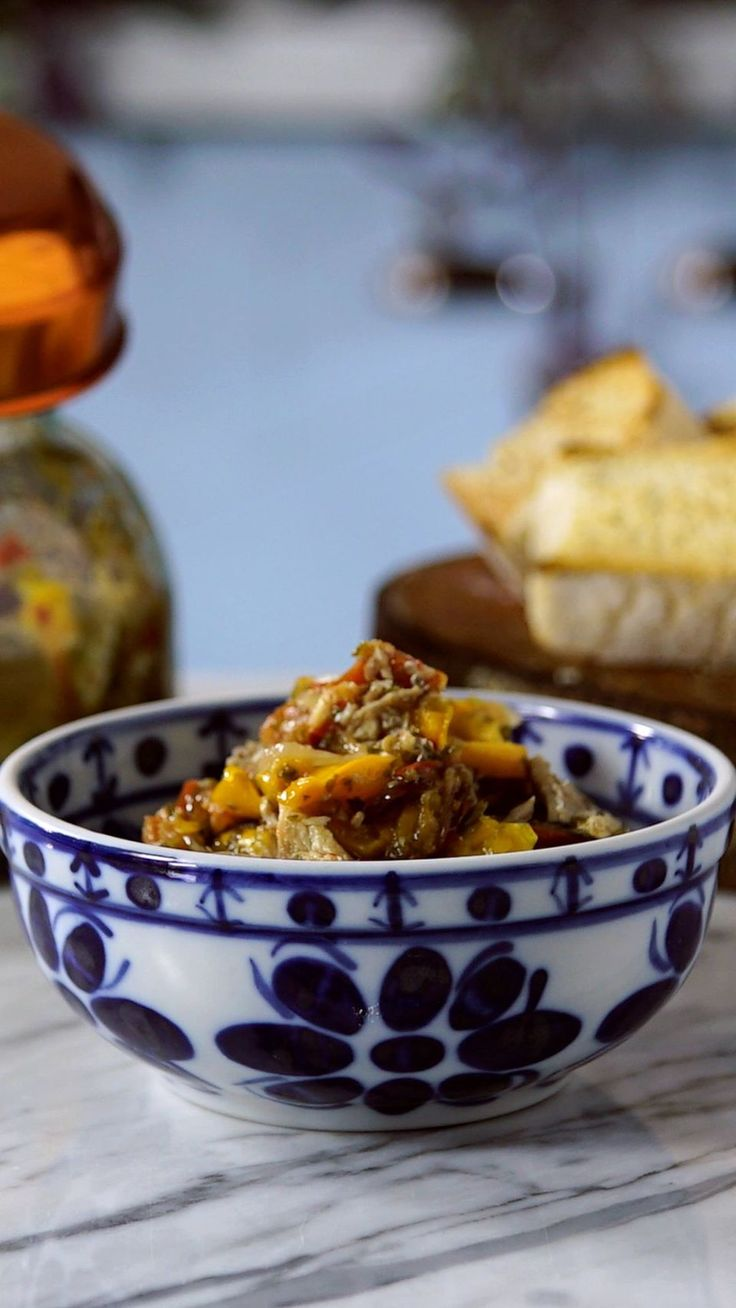 Receita fácil e saborosa de sardinha escabeche, ideal para ser servida fria e acompanhada de torradinhas.