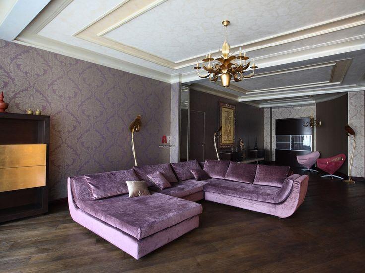 Фиолетовый диван в интерьере - 40 фото для вдохновения