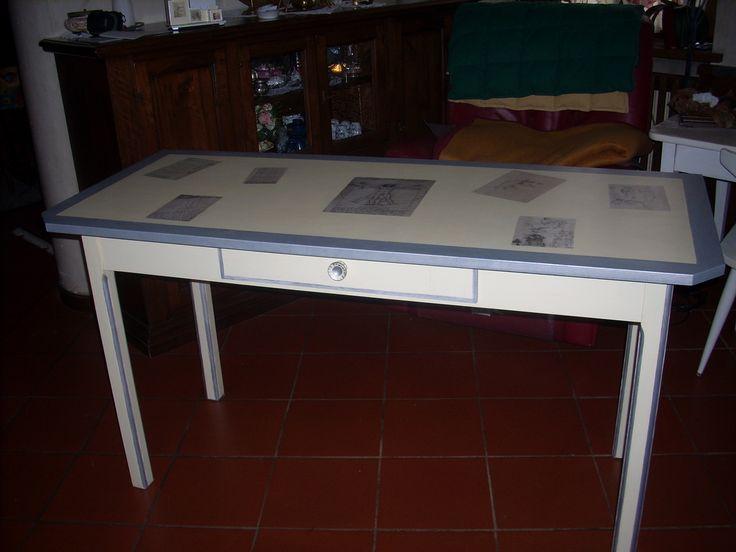 ex tavolo della cucina  con piano in formica, ora tavolo studio con decoupage foto pagine dei Codici  di Leonardo da Vinci