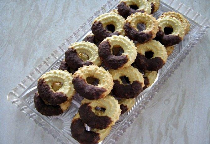 Vaníliás karika csokoládéba mártva recept képpel. Hozzávalók és az elkészítés részletes leírása. A vaníliás karika csokoládéba mártva elkészítési ideje: 35 perc