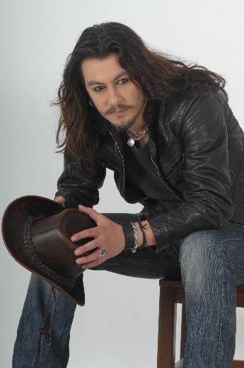 ZAMANSIZ ÖLDÜLER  BARIŞ AKARSU  Rock müzik şarkısı Barış Akarsu, Bodrum'da geçirdiği trafik kazası nedeniyle 28 yaşında yaşama veda etti.