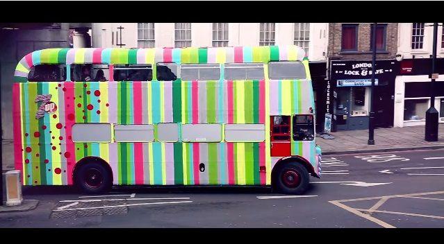 7upとニットアーティストのコラボ ほっこりポップなロンドンバスが登場