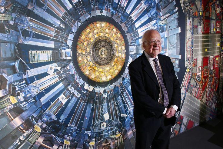 """O professor Peter Higgs posa em frente à imagem do Grande Colisor de Hádrons na exposição """"Collider"""" do Museu de Ciências de Londres - http://epoca.globo.com/tempo/fotos/2013/11/fotos-do-dia-12-de-novembro-de-2013.html (Foto: Peter Macdiarmid/Getty Images)"""