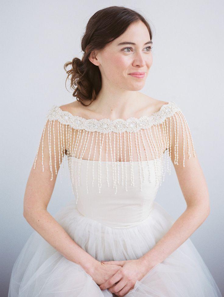 Handgefertigtes Bolero für die Braut mit Strass und kleinen Blumen. Gefunden bei Etsy.
