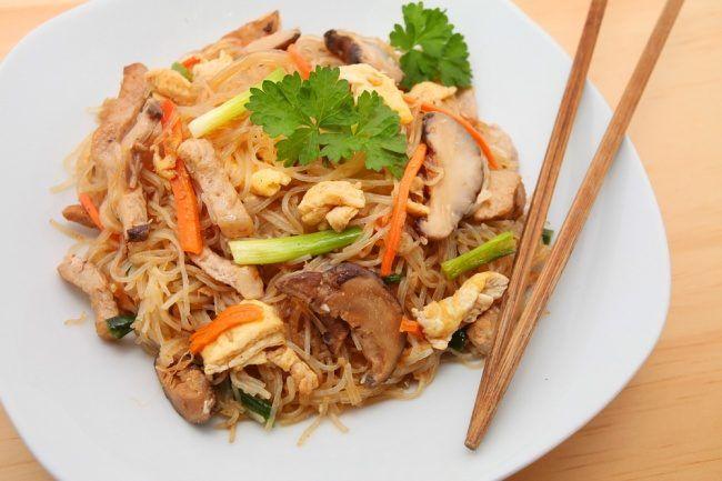 Несколько рецептов легких салатов, которые зарядят хорошим настроением на весь день и не прибавят лишних килограммов.