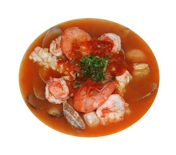 Морские гребешки и тигровые креветки в соусе «Самбука»