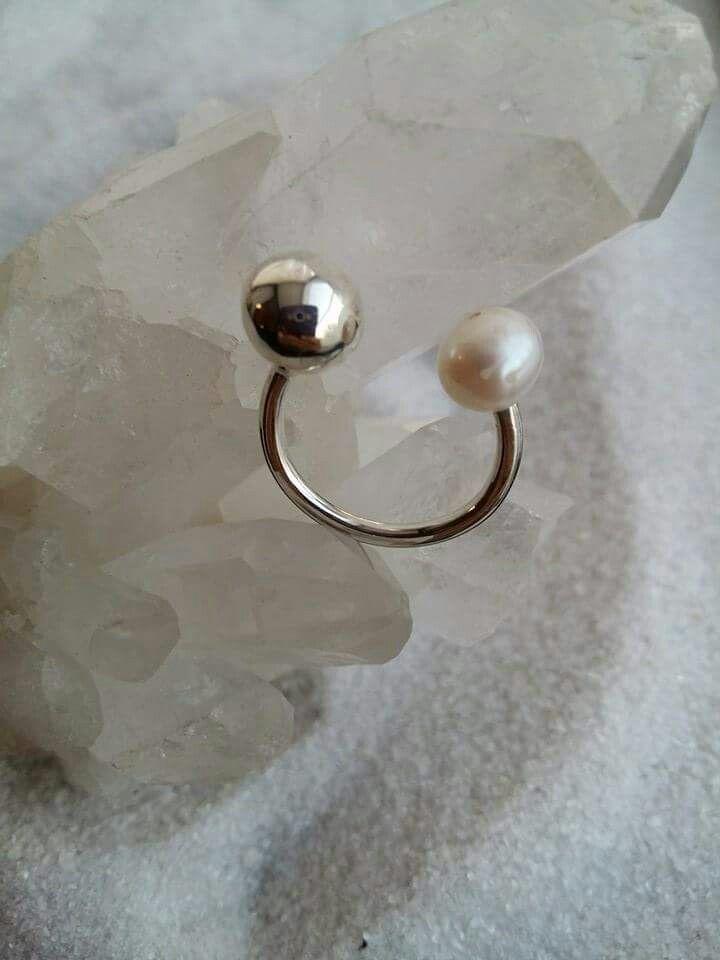 Anillo en plata y perla de rio.